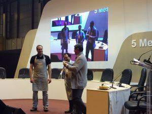 Foto: Paco Alía recibiendo el premio de la mano de José Luis Martín