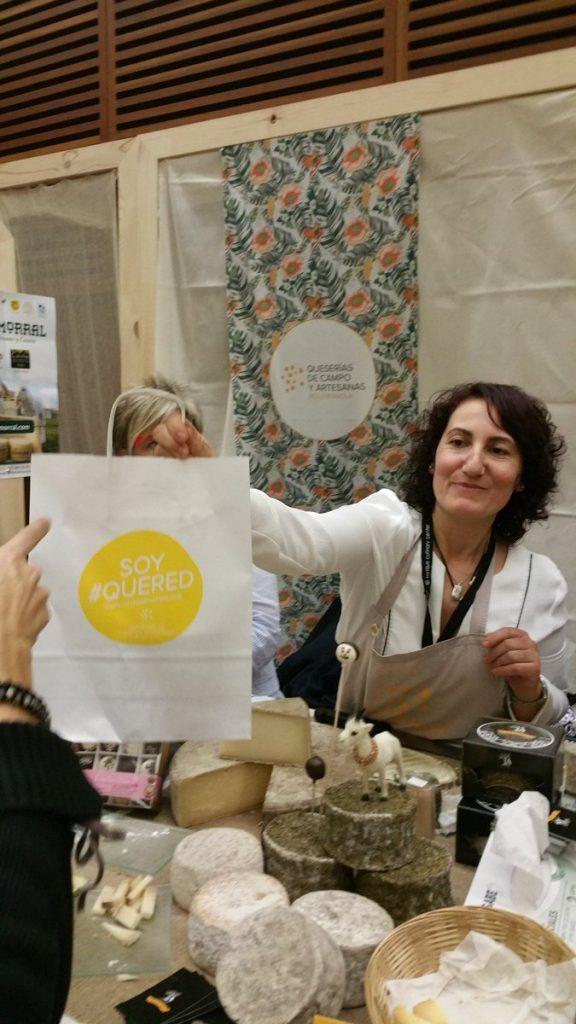 Quesos Campo Marina con bolsa de QueRed en world cheese festival San Sebastian